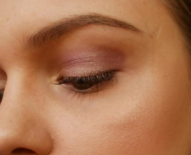 Rozświetlacz Wibo Diamond Illuminator efekt pokazany na skórze twarzy w pełnym makijażu.