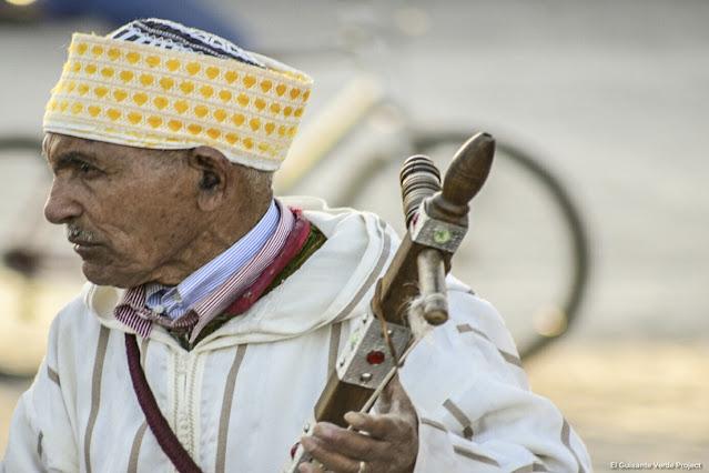 Marrakech, músico tradicional en Yamaa El Fna, por El Guisante Verde Project