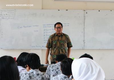 Kang M. Rizki Wiryawan dari Komunitas Aleut menceritakan sejarah Bandung