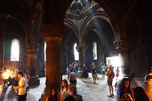 interior monasterio geghard