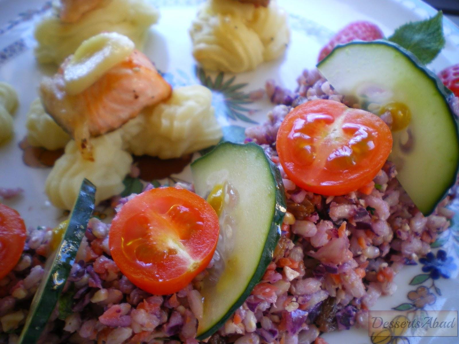 Salmón al ajillo sobre puré de patatas y ensalada con crudités