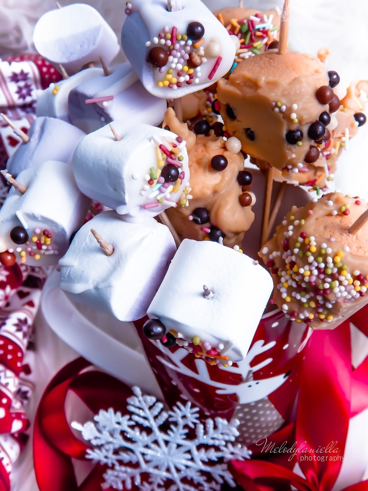 12 szybkie przekąski z pianek jojo, czekolady, banana, swiateczne przysmaki na wykalaczkach efektowne słodycze na Boze Narodzenie zimowe slodkosci melodylaniella lukier