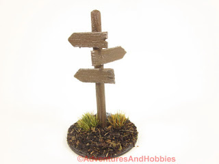 Style T1578 25-28mm scale signpost has three directional wood signs.