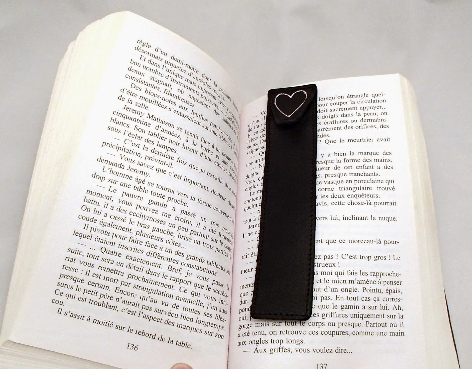 Marque page en cuir noir dans un livre