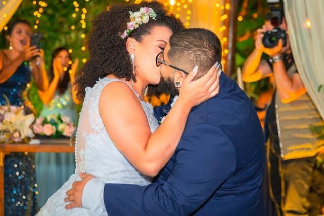 Relacionamento de cortejo: casal namora por anos e dá primeiro beijo só no altar