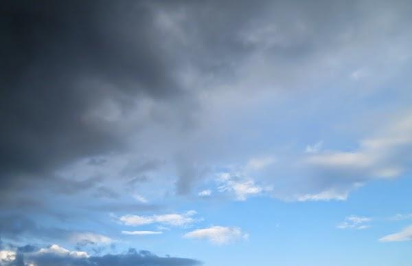 PauMau 40+ nelkytplus blogi taivas pilvet clouds sky sininen valkoinen blue white kesätaivas tummat pilvet valokuvaus photography