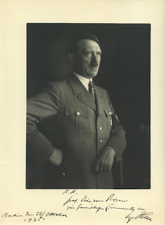 http://1.bp.blogspot.com/-s-y4bijNTrU/UcrFqQx9_cI/AAAAAAAAACk/RaTJrNpgdWg/s320/Hitler_masonic_sing_1935_Heinrich_Hoffmann_photo.jpg