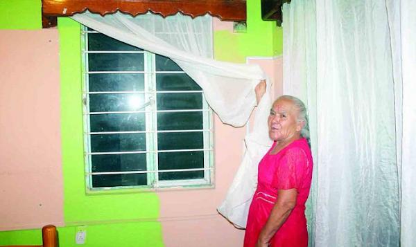 """""""Mi hijo  me tapó la ventana porque dice que no quiere verme, que le molesta que me asome para su casa"""": Madre"""