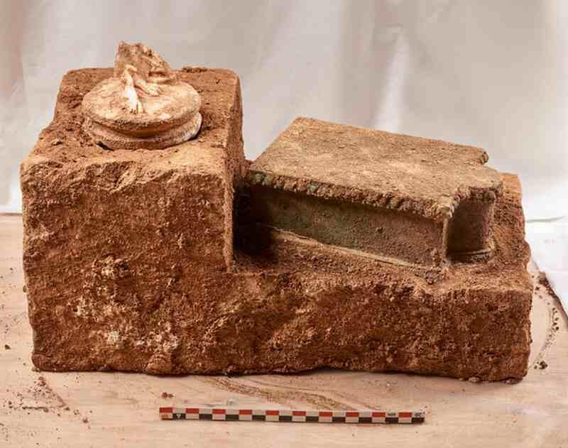 Cokół na którym zamontowano rzeźbę Artemidy