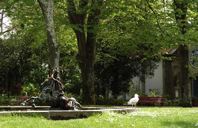 Escultura e gaivota no Jardim do Palácio de Cristal