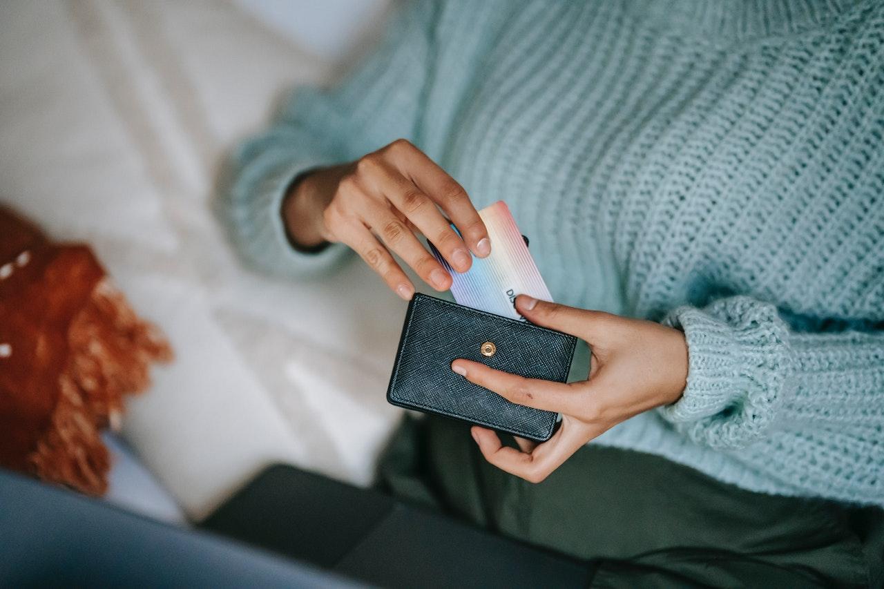 snackenglish, snack, buy, laptop, card, woman, wallet, purse