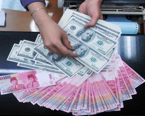 Ilustrasi Uang Rupiah Dan Dollar