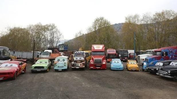 Mecánico de Chile modifica y recrea con sus hijos todos los coches que tiene con los personajes de 'Cars'