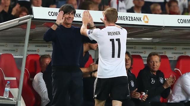 Timo Werner festeja uno de sus goles con Joachim Löw