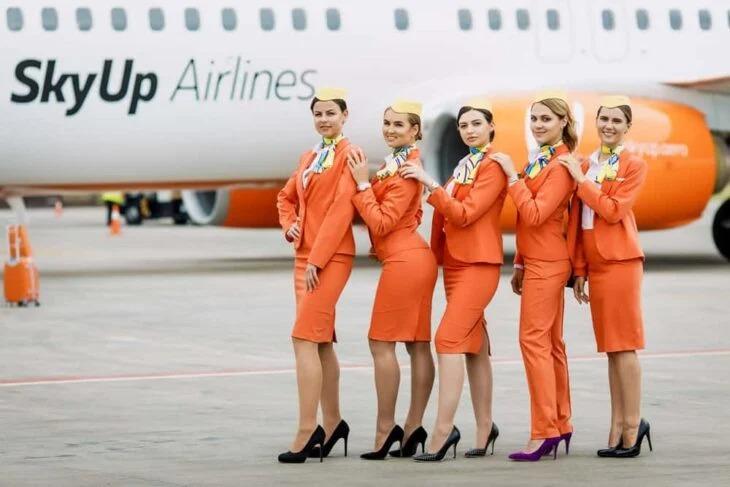 Aerolínea ucraniana renueva el uniforme de sus azafatas