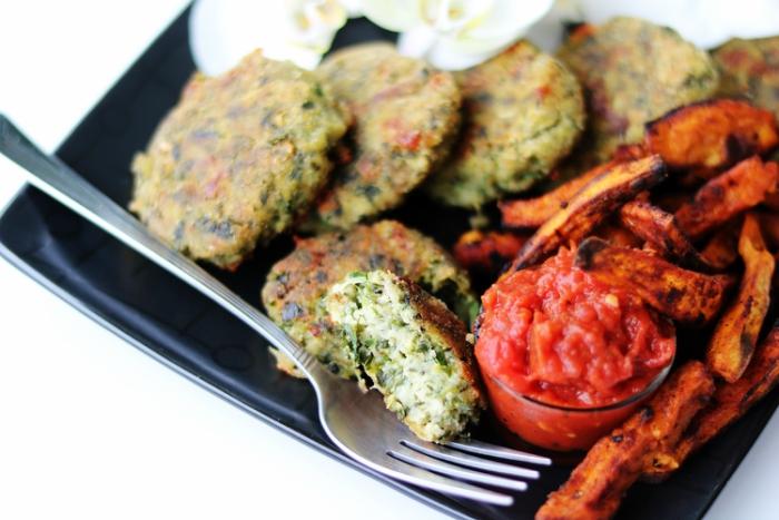 Kotleciki z batatami i sosem pomidorowym
