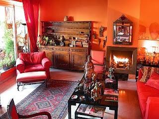 sala naranja y marrón