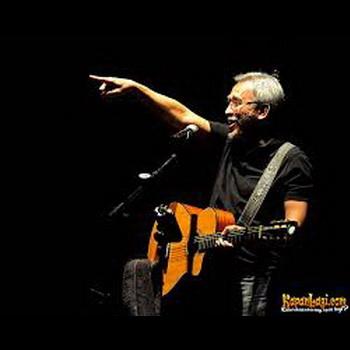 gambar Iwan Fals gitar konser