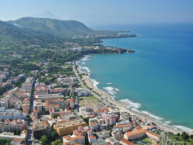 Cefalu widok na miasto z zamku na skale La Rocca