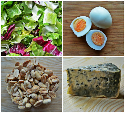 Sałatka z kurczakiem, serem pleśniowym, jajkami i orzechami ziemnymi - składniki