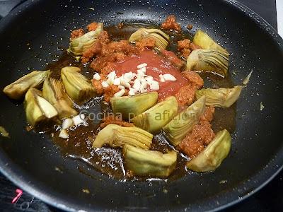 alcachofas, sobrasada, tomate triturado y ajos picados