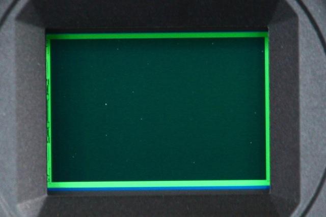 Debu yang terlihat secara fisik pada sensor kamera mirrorless