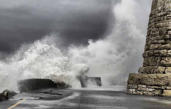 Οι ισχυροί άνεμοι κρατούν δεμένα τα πλοία για τις Σποράδες
