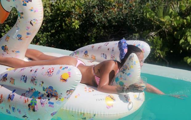Rihanna bem gostosa em fato de banho