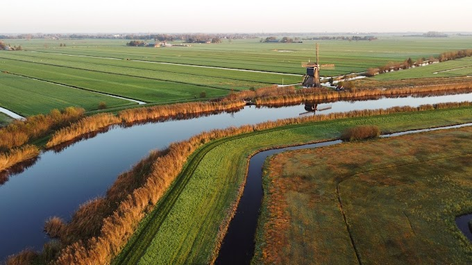 Fotoreportage | Een eenzame molen tijdens zonsopgang in de bevroren polder