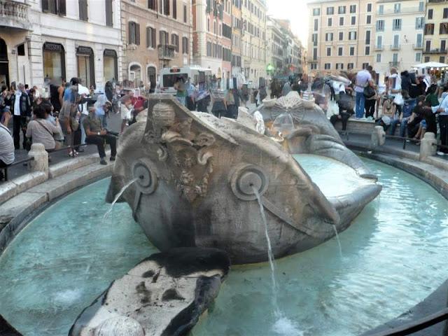 fontana della barcaccia in piazza navona a roma