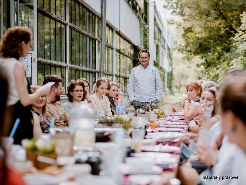 ucztowanie, biesiada, wspolny obiad, wielkie lepienie, pierogi, uszka, spotkanie przy stole, jedzenie, blogerzy kulinarni, rodzinne gotowanie, kamis