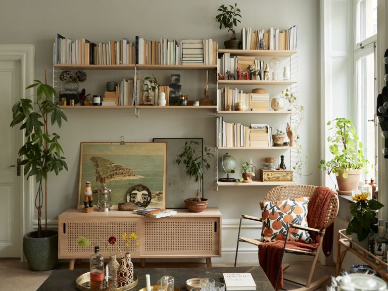 Librería de apartamento moderno decorado con un estilo vintage