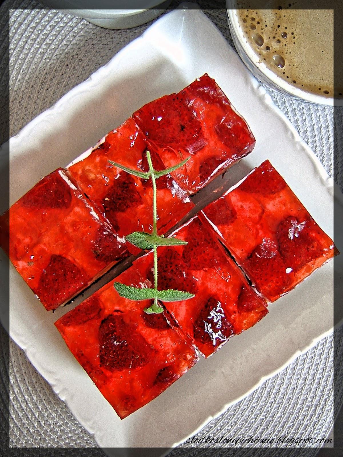 Ciasto z kremem karpatkowym i truskawkami