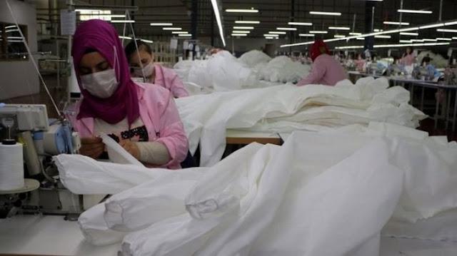 La fabbrica di tessile cambia profilo in Turchia, produce indumenti protettivi a causa del coronavirus