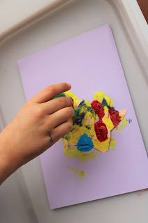 mão de criança a pintar com esponja