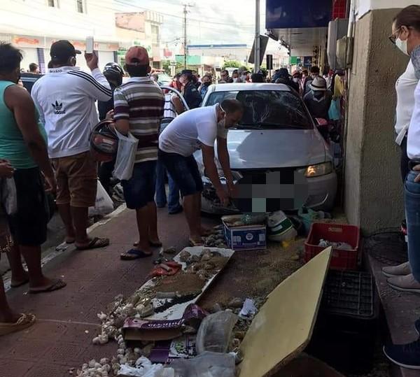 Idoso perde o controle do carro, invade calçada e atropela cinco pessoas no interior do Ceará