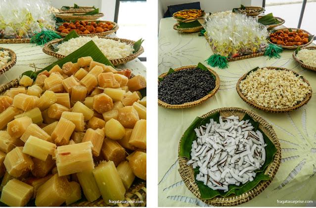 Complementos do caruru: rolete de cana, pipoca e tiras de coco