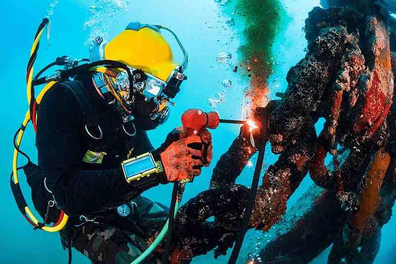 Tukang Las Bawah Laut, Gaji Kerjanya Hampir 1 Miliar