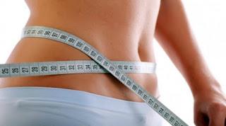 """<img src=""""tips-para-bajar-de-peso.jpg"""" alt=""""algunos tpos para bajar de peso incluyen reducir las porciones de comida y descansar adecuadamente durante la noche"""">"""