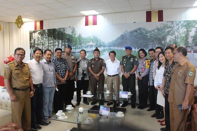 Presiden direktur Pt. STTC (Baju Putih tengah) bersama tokoh masyarakat Siantar, TNI, Polri dalam acara  donor darah