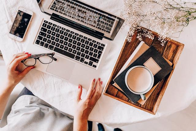 kawa  okulary telefon laptop i pracująca kobieta