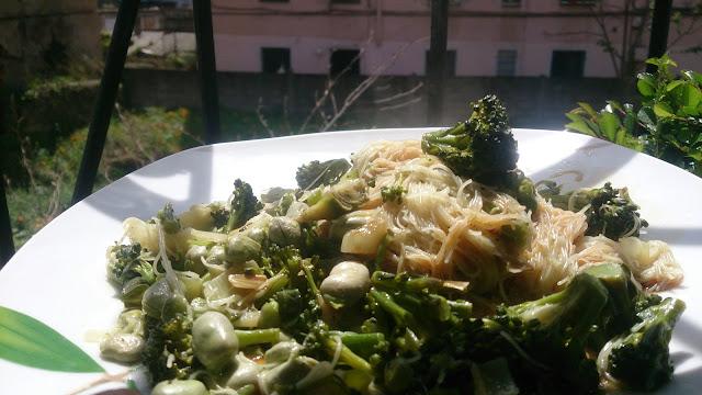 Fideos de arroz con habas, brocoli y aroma de alcachofas.