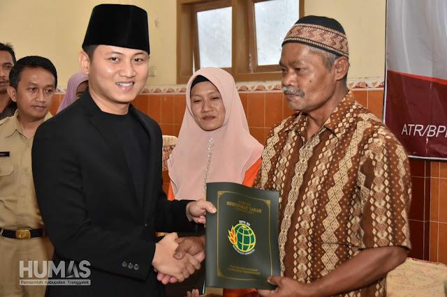 Plt Bupati Trenggalek Serahkan 369 Sertifikat untuk Warga Desa Watulimo