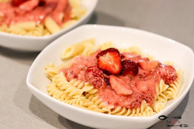 dania obiadowe, pomysł na obiad, makaron na słodko, makaron z truskawkami, obiad z truskawkami, sezon na truskawki, makaron z sosem truskawkowym