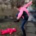 Idoso é preso por pisotear criança de apenas um ano e agredir enteada