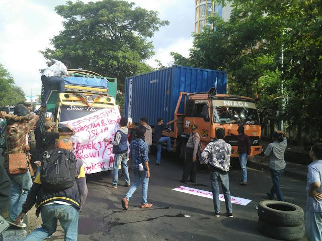 Mahasiswa Blokir Jalan Sultan Alauddin Sebakan Kemacetan