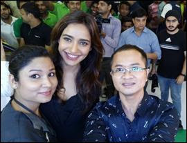 Bollywood actress Neha Sharma kick starts Selfie Expert Oppo F1s first sale in Delhi