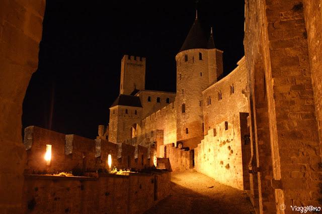 Mura e torrette lungo la cinta muraria di Carcassonne di notte