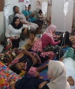 Warga yang keracunan makanan saat berada di puskesmas untuk mendapatkan perawatan medis.