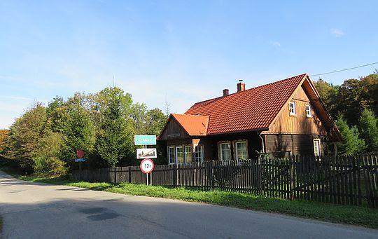 Leśniczówka przy szosie łączącej wsie Koszarawa i Lachowice.